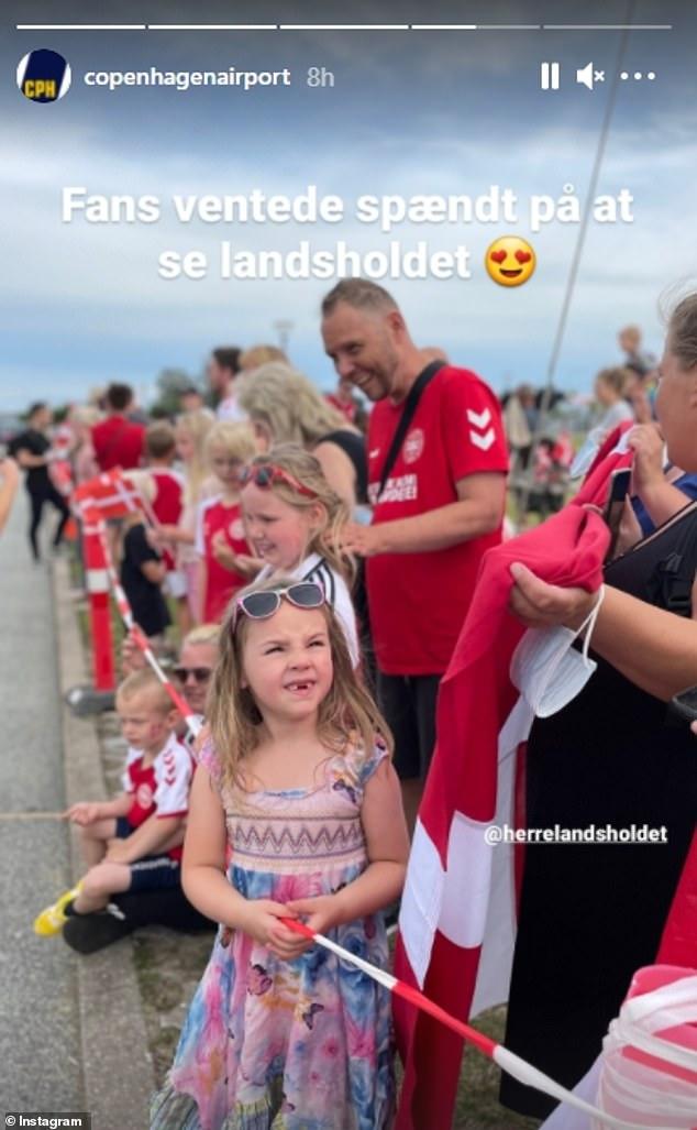 Fan nhuộm đỏ 2 bên đường, đón những người hùng Euro của tuyển Đan Mạch về nước - Ảnh 5.