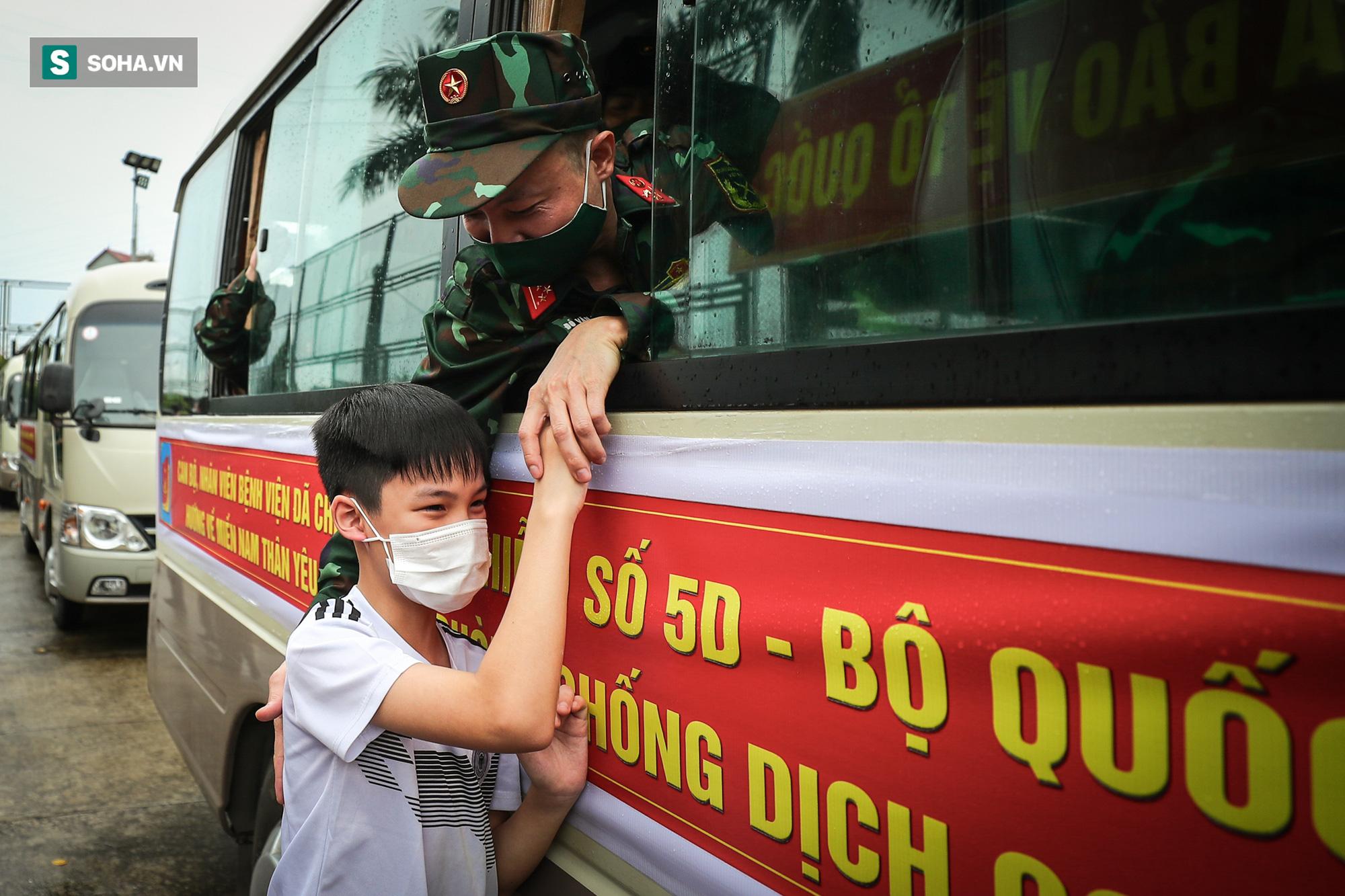 Khoảnh khắc xúc động của 130 y bác sĩ lên đường chi viện cho miền Nam chống dịch - Ảnh 6.