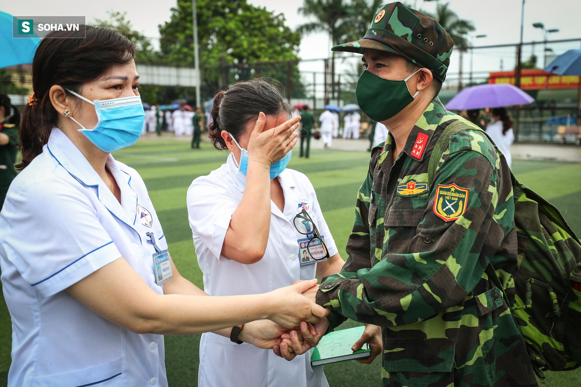Khoảnh khắc xúc động của 130 y bác sĩ lên đường chi viện cho miền Nam chống dịch - Ảnh 8.
