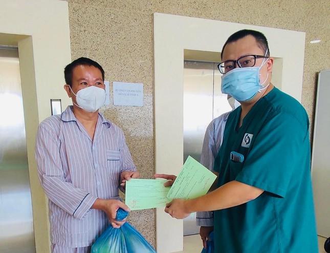 Đánh golf dưới gầm cầu vượt, người đàn ông HN bị phạt 1 triệu đồng. 10 bệnh nhân COVID-19 thập tử nhất sinh được cứu sống - Ảnh 1.