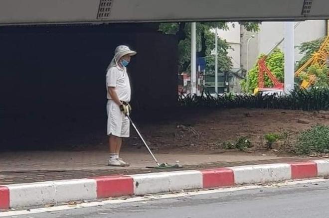 Đánh golf dưới gầm cầu vượt, người đàn ông HN bị phạt 1 triệu đồng. TP.HCM cơ bản kiểm soát được các ca lây lan mới - Ảnh 1.