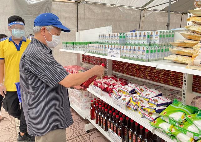 Người dân ở Hà Nội phấn khởi đi Siêu thị mini 0 đồng giữa dịch Covid-19 - Ảnh 2.