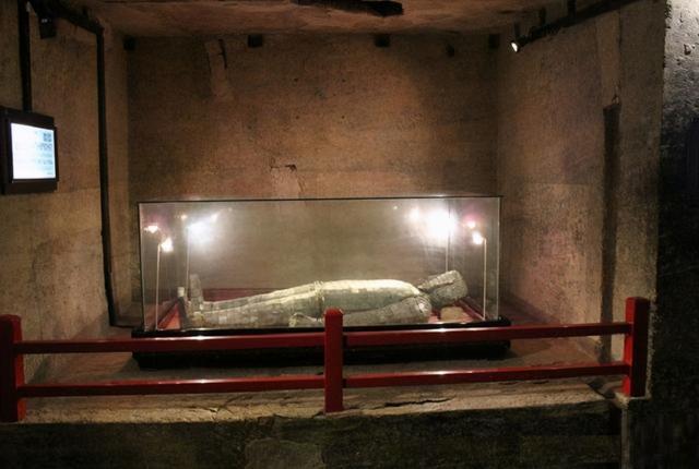 Đi theo con đường rải 3 tấn tiền xu, đội khảo cổ tìm đến lăng mộ xa hoa khó tin: Có cả... nhà vệ sinh cho chủ mộ! - Ảnh 8.