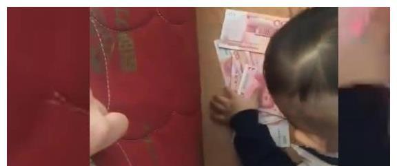 Con trai đang chơi trong phòng bỗng reo lên khi phát hiện thấy tiền, bố chạy vào rồi điếng người với cảnh tượng trước mắt - Ảnh 3.