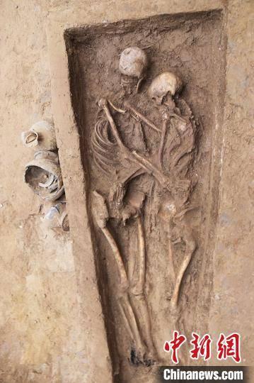 Khai quật mộ cổ Trung Quốc 1.600 tuổi, bất ngờ tìm thấy 2 bộ hài cốt trong tư thế Romeo và Juliet - Ảnh 1.