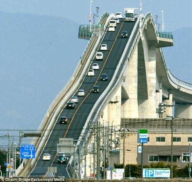Đằng sau cây cầu dựng đứng như vách núi ở Nhật Bản - Ảnh 3.