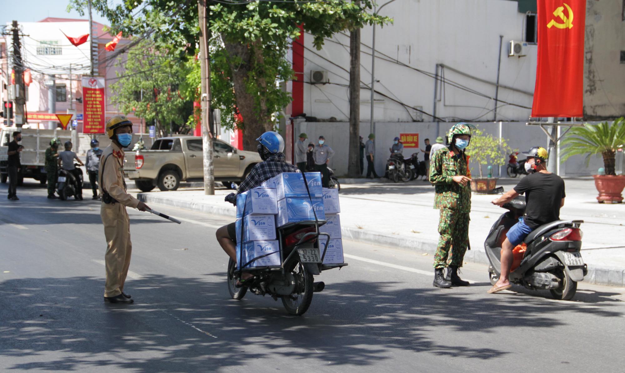 Kiểm soát người ra đường giữa Chỉ thị 16 ở TP Vinh: Công an gọi điện xác minh tận nơi nếu khai báo quanh co - Ảnh 1.