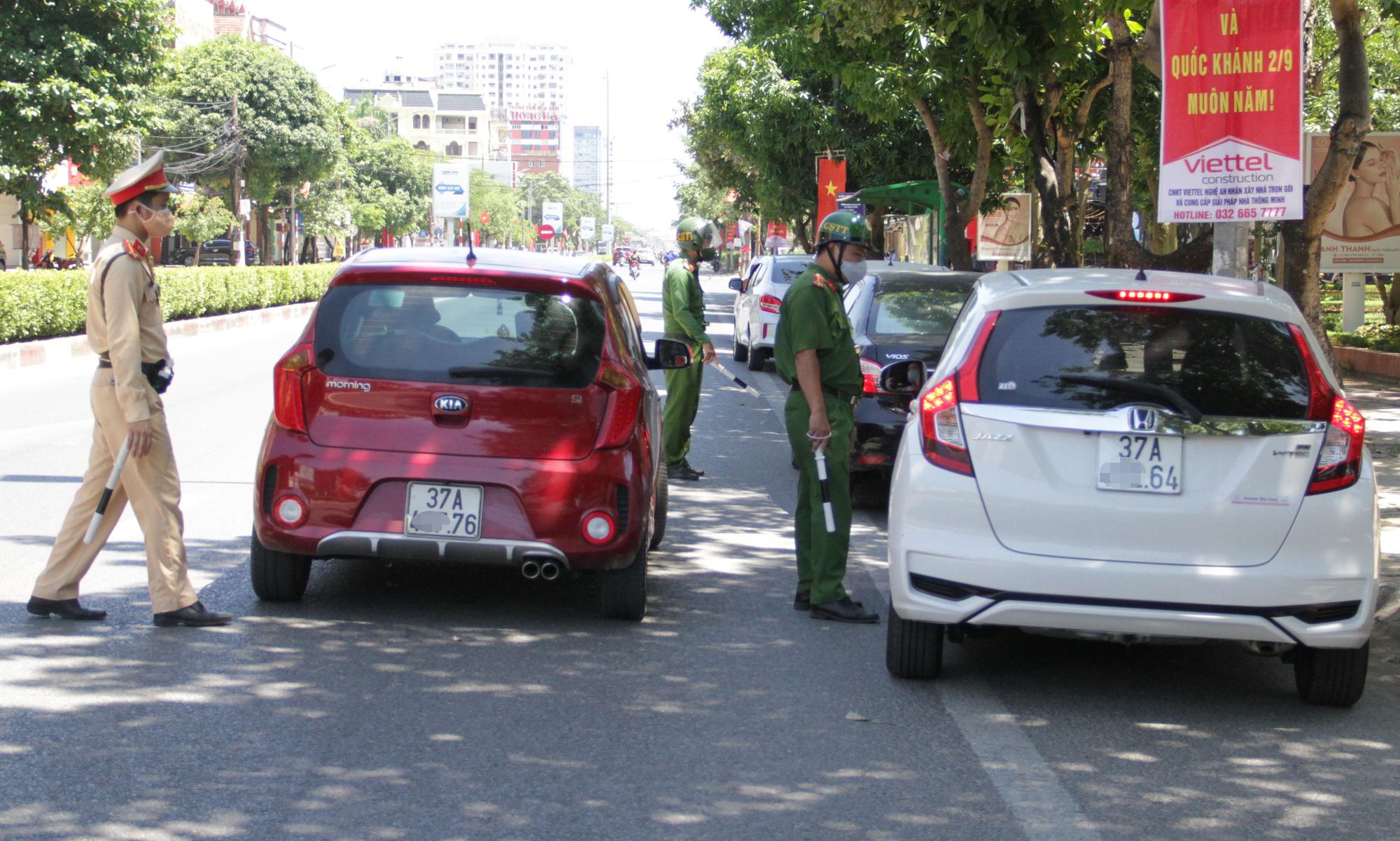 Kiểm soát người ra đường giữa Chỉ thị 16 ở TP Vinh: Công an gọi điện xác minh tận nơi nếu khai báo quanh co - Ảnh 14.
