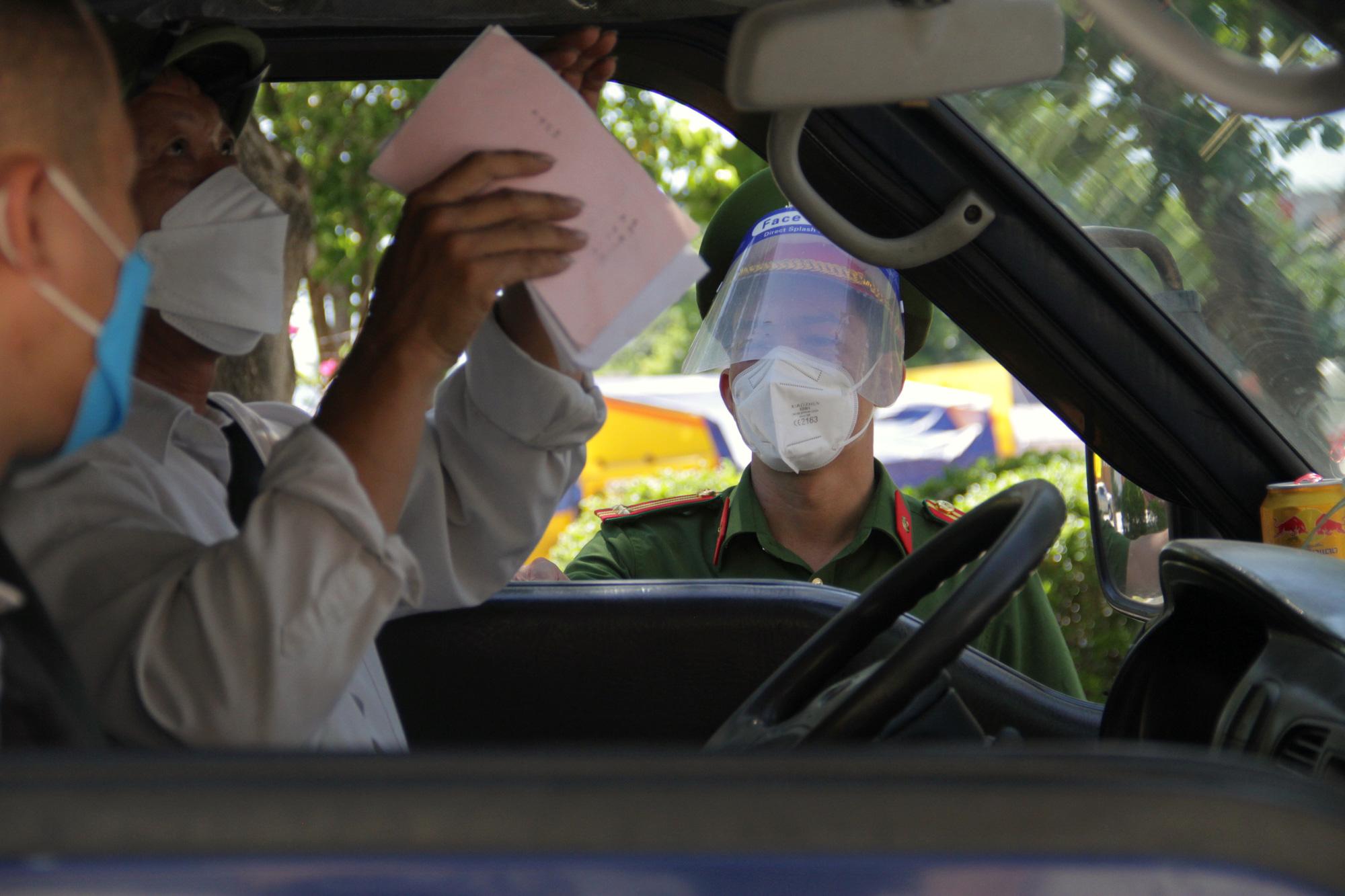 Kiểm soát người ra đường giữa Chỉ thị 16 ở TP Vinh: Công an gọi điện xác minh tận nơi nếu khai báo quanh co - Ảnh 4.