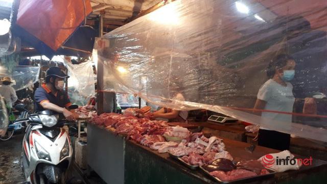 Hà Nội: Tôm, thịt lợn giá rẻ bất ngờ, rẻ hơn trước giãn cách, chợ đầy ắp tươi ngon - Ảnh 2.