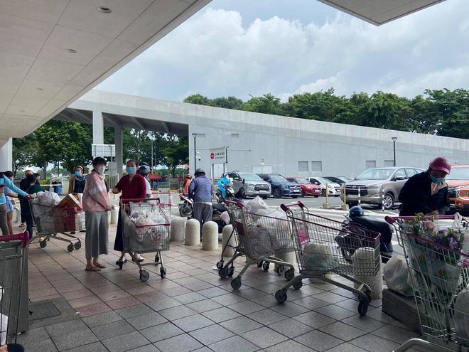 TP.HCM: Người dân xếp hàng dài mua đồ sau quyết định ai ở đâu ở yên đó từ 0h ngày 23/8 - Ảnh 9.