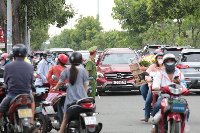 TP.HCM: Người dân xếp hàng dài mua đồ sau quyết định ai ở đâu ở yên đó từ 0h ngày 23/8 - Ảnh 13.