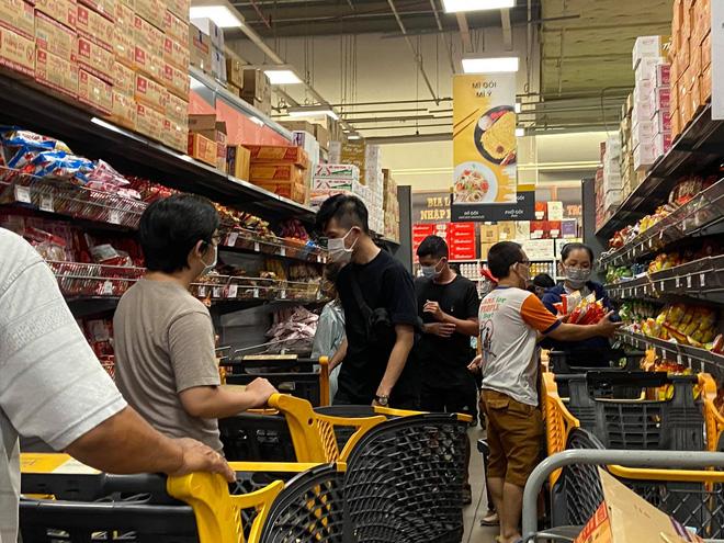 TP.HCM: Người dân xếp hàng dài mua đồ sau quyết định ai ở đâu ở yên đó từ 0h ngày 23/8 - Ảnh 11.