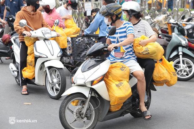 Ảnh: Nhà đông người, nhiều gia đình ở Sài Gòn chất hàng đầy xe để chở về, một buổi sáng đi siêu thị hết gần 10 triệu đồng - Ảnh 1.
