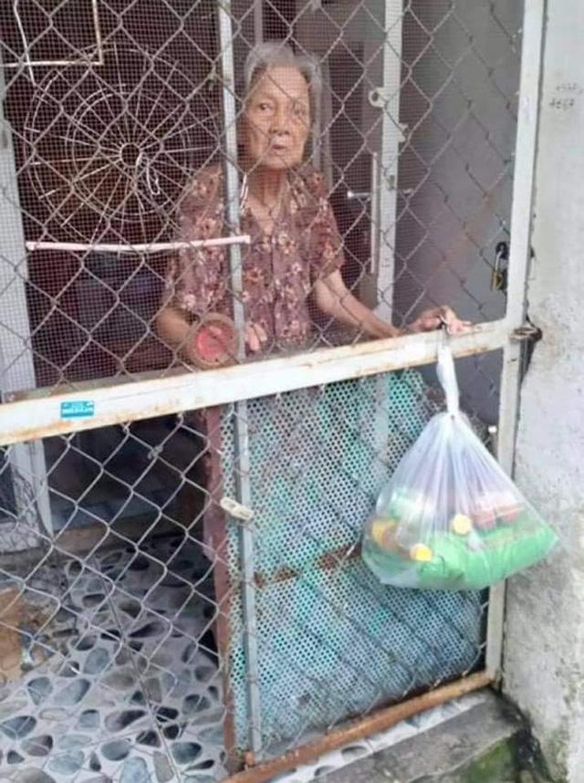 Người dân đói khổ trong đại dịch, họ rất cần một bàn tay để nắm lấy và những câu chuyện trong hành trình thiện nguyện của một nữ biên tập viên ở Sài Gòn - Ảnh 11.