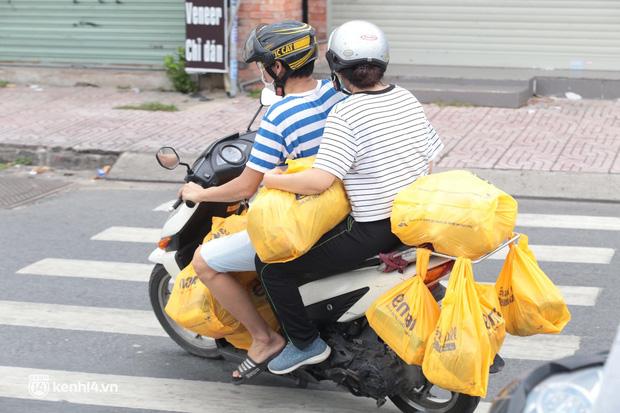 Ảnh: Nhà đông người, nhiều gia đình ở Sài Gòn chất hàng đầy xe để chở về, một buổi sáng đi siêu thị hết gần 10 triệu đồng - Ảnh 3.