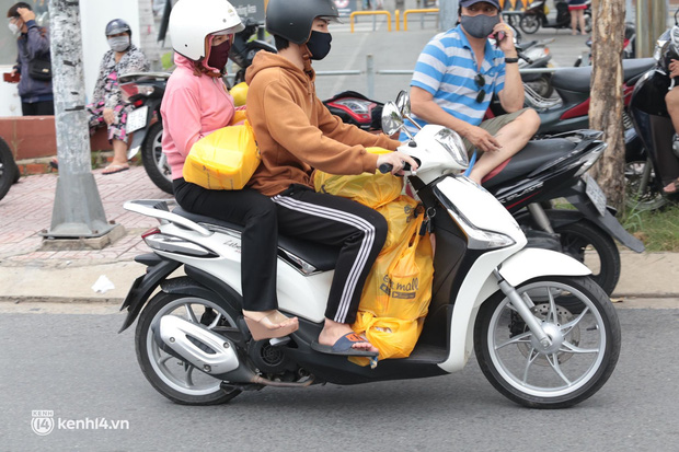 Ảnh: Nhà đông người, nhiều gia đình ở Sài Gòn chất hàng đầy xe để chở về, một buổi sáng đi siêu thị hết gần 10 triệu đồng - Ảnh 4.