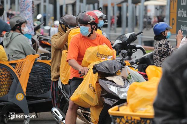 Ảnh: Nhà đông người, nhiều gia đình ở Sài Gòn chất hàng đầy xe để chở về, một buổi sáng đi siêu thị hết gần 10 triệu đồng - Ảnh 5.