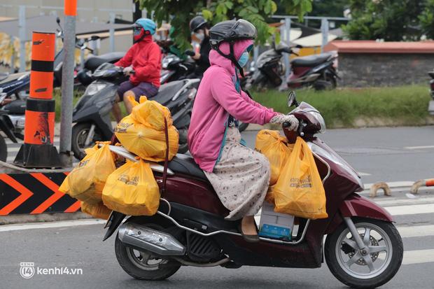 Ảnh: Nhà đông người, nhiều gia đình ở Sài Gòn chất hàng đầy xe để chở về, một buổi sáng đi siêu thị hết gần 10 triệu đồng - Ảnh 6.