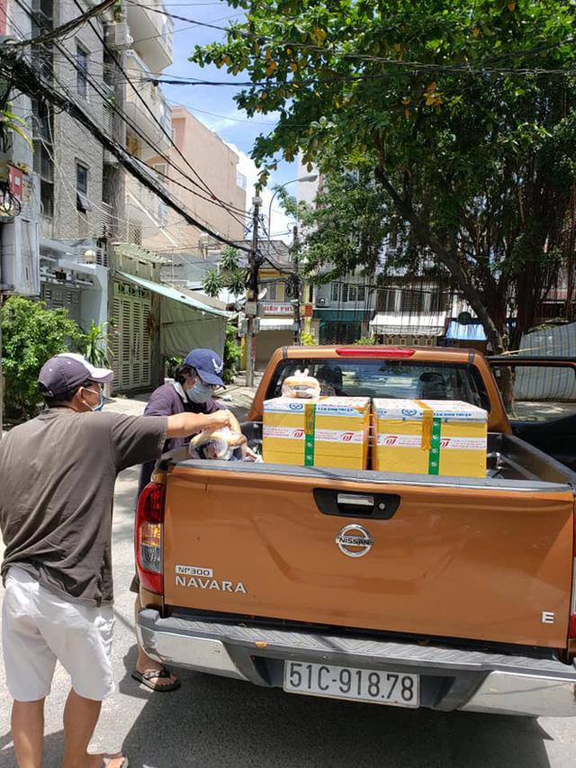 Người dân đói khổ trong đại dịch, họ rất cần một bàn tay để nắm lấy và những câu chuyện trong hành trình thiện nguyện của một nữ biên tập viên ở Sài Gòn - Ảnh 6.