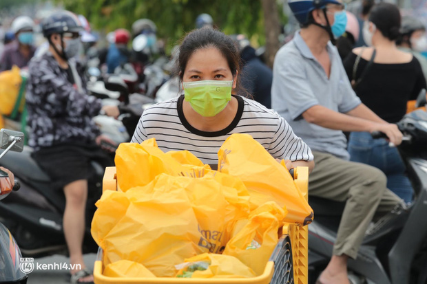 Ảnh: Nhà đông người, nhiều gia đình ở Sài Gòn chất hàng đầy xe để chở về, một buổi sáng đi siêu thị hết gần 10 triệu đồng - Ảnh 7.