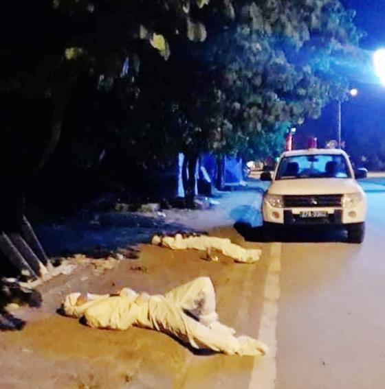 Những người kiệt sức dưới nắng nóng, đổ gục trên đường chống dịch: Quên mình vì sức khỏe nhân dân - Ảnh 2.