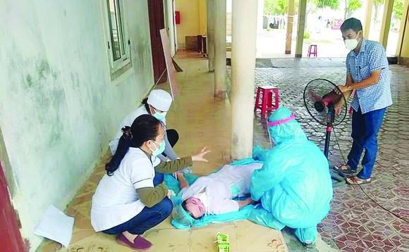Những người kiệt sức dưới nắng nóng, đổ gục trên đường chống dịch: Quên mình vì sức khỏe nhân dân - Ảnh 3.