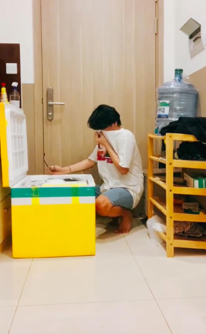 Hồ hởi mở thùng đồ tiếp tế của ba mẹ, chàng trai oà khóc nức nở khi thấy một thứ mẹ lén để vô mà không báo trước - Ảnh 3.