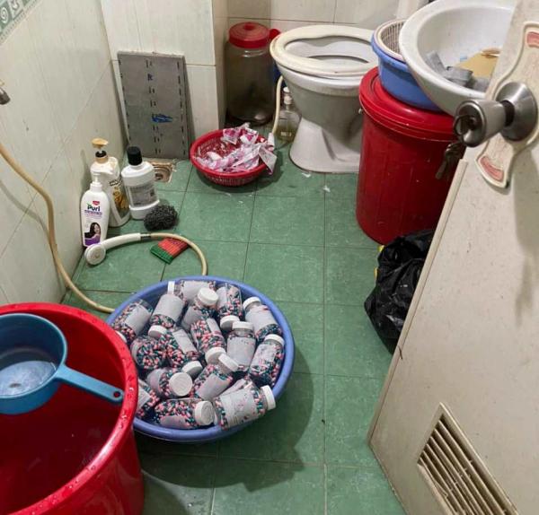 Đường dây sản xuất thuốc điều trị COVID-19 giả được đóng gói trong nhà vệ sinh - Ảnh 5.