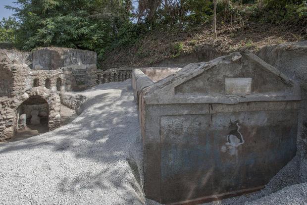 Phát hiện ngôi mộ đồ sộ với xác ướp 2.000 năm tuổi, nhà khảo cổ rợn người khi nhìn đến vùng đầu bởi chi tiết khó lí giải - Ảnh 1.