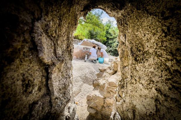 Phát hiện ngôi mộ đồ sộ với xác ướp 2.000 năm tuổi, nhà khảo cổ rợn người khi nhìn đến vùng đầu bởi chi tiết khó lí giải - Ảnh 2.