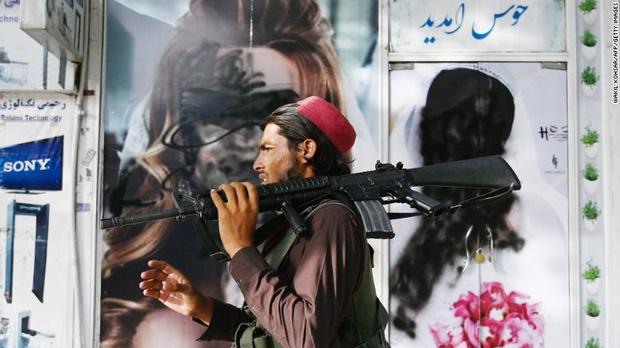 Phụ nữ Afghanistan sợ hãi sau thông báo mới của Taliban: Đừng đi làm nữa! - Ảnh 3.