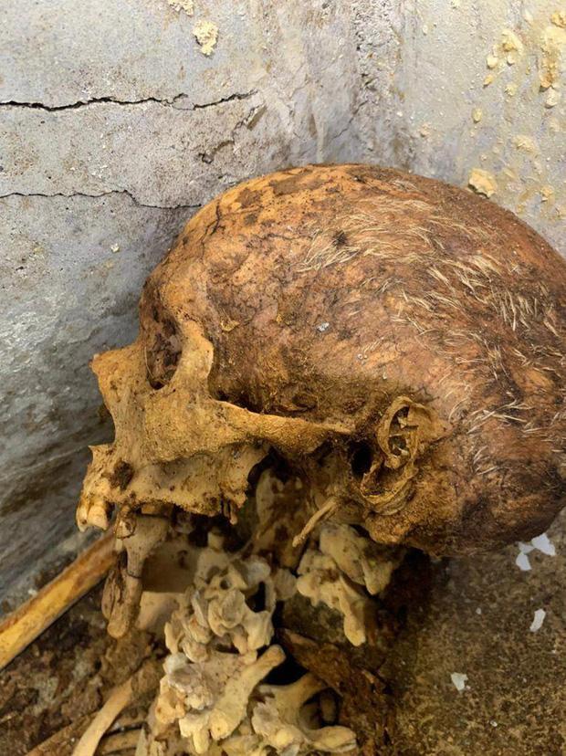 Phát hiện ngôi mộ đồ sộ với xác ướp 2.000 năm tuổi, nhà khảo cổ rợn người khi nhìn đến vùng đầu bởi chi tiết khó lí giải - Ảnh 5.
