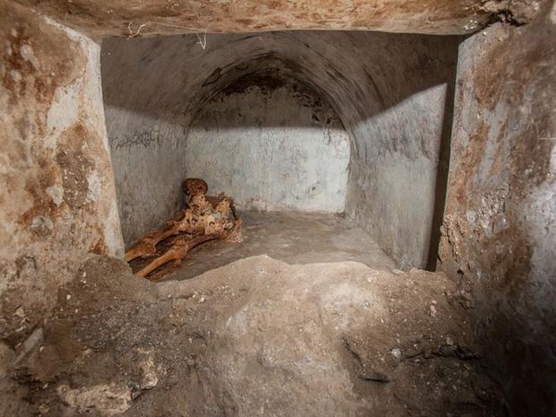Phát hiện ngôi mộ đồ sộ với xác ướp 2.000 năm tuổi, nhà khảo cổ rợn người khi nhìn đến vùng đầu bởi chi tiết khó lí giải - Ảnh 7.