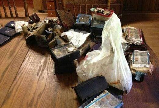Phát hiện chiếc két sắt cũ dưới sàn nhà ông bà, vừa mở ra xem, người đàn ông bị sốc khi thấy những thứ bên trong - Ảnh 3.
