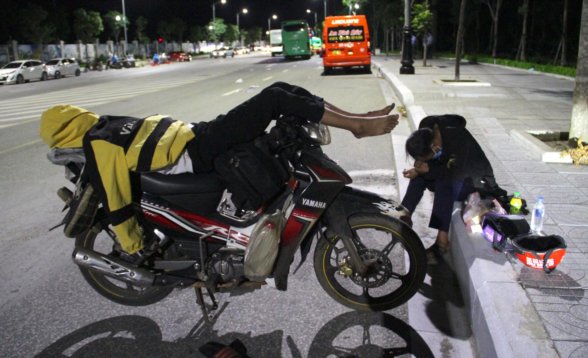 Thương cảnh người dân gục ở vỉa hè, ngủ trên xe máy trong hành trình vượt cả nghìn km về quê trốn dịch Covid-19 - Ảnh 9.