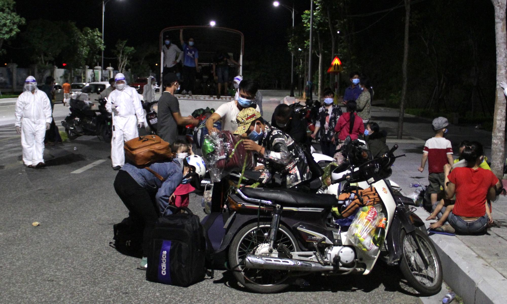 Thương cảnh người dân gục ở vỉa hè, ngủ trên xe máy trong hành trình vượt cả nghìn km về quê trốn dịch Covid-19 - Ảnh 1.