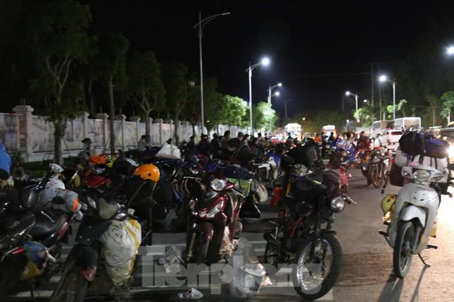 Hàng trăm người đi xe máy vượt ngàn km về tới chốt cầu Bến Thủy trong đêm - Ảnh 1.