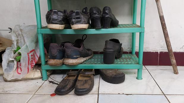 Trắng tay vì tai nạn đúng mùa Covid-19, bố trẻ xin đổi giày để lấy sữa cho con gái 1 tuổi và cái kết ấm lòng - Ảnh 1.
