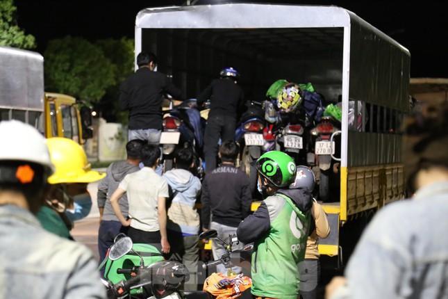 Hàng trăm người đi xe máy vượt ngàn km về tới chốt cầu Bến Thủy trong đêm - Ảnh 13.