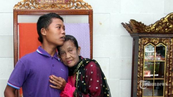 Khó tin trước cuộc sống hôn nhân của cặp đôi bà 71 tuổi cháu 16 tuổi, nhiều lần nhốt vợ vì quá quyến rũ - Ảnh 6.