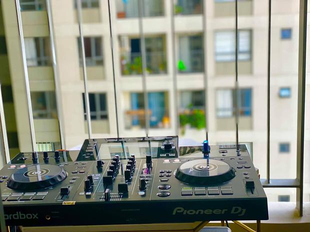 Event âm nhạc giải lao mùa dịch tại chung cư Sài Gòn: DJ chơi nhạc ngay tại ban công, khán giả chill bằng flash điện thoại - Ảnh 5.