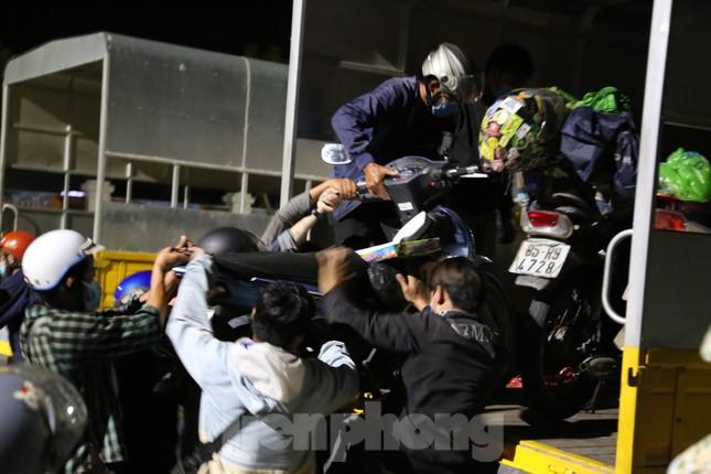Hàng trăm người đi xe máy vượt ngàn km về tới chốt cầu Bến Thủy trong đêm - Ảnh 5.