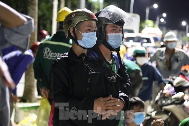 Hàng trăm người đi xe máy vượt ngàn km về tới chốt cầu Bến Thủy trong đêm - Ảnh 10.