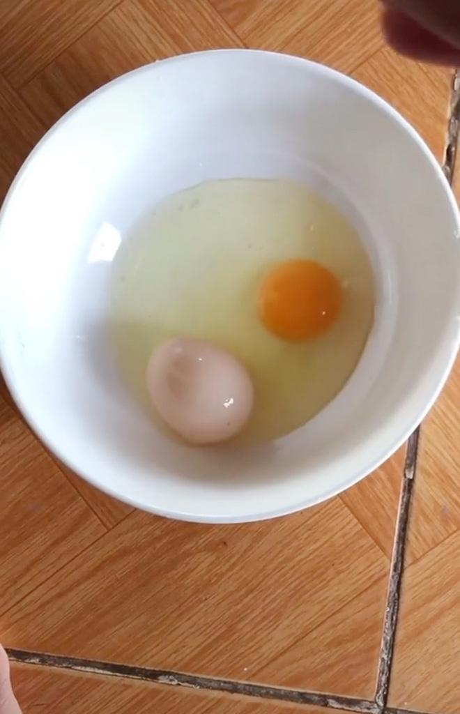 Đập quả trứng gà khổng lồ và phát hiện thứ đặc biệt bên trong, người đàn ông khuyên không nên ăn khiến dân mạng tranh cãi - Ảnh 3.