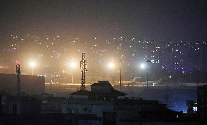 Binh sĩ Mỹ cuối cùng rời sân bay Kabul, Taliban bắn súng ăn mừng - Ảnh 3.