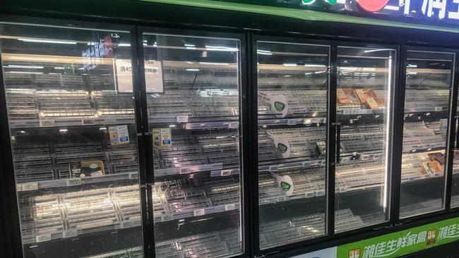 Dân Vũ Hán lại vội vã quét sạch hàng hóa ở siêu thị: Chuyện gì đang xảy ra tại ổ dịch đầu tiên của thế giới? - Ảnh 1.