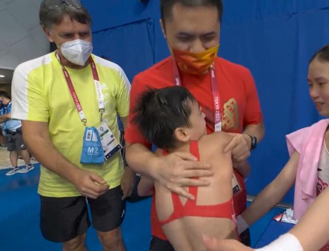 Thần đồng Trung Quốc đoạt HCV siêu ngoạn mục khiến HLV đối thủ phải 3 lần xin bắt tay - Ảnh 3.
