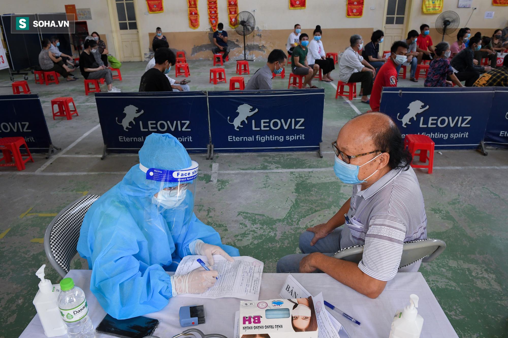 Phường ở Hà Nội tiêm vắc xin Covid-19 cho cả người không có giấy tờ tuỳ thân - Ảnh 1.