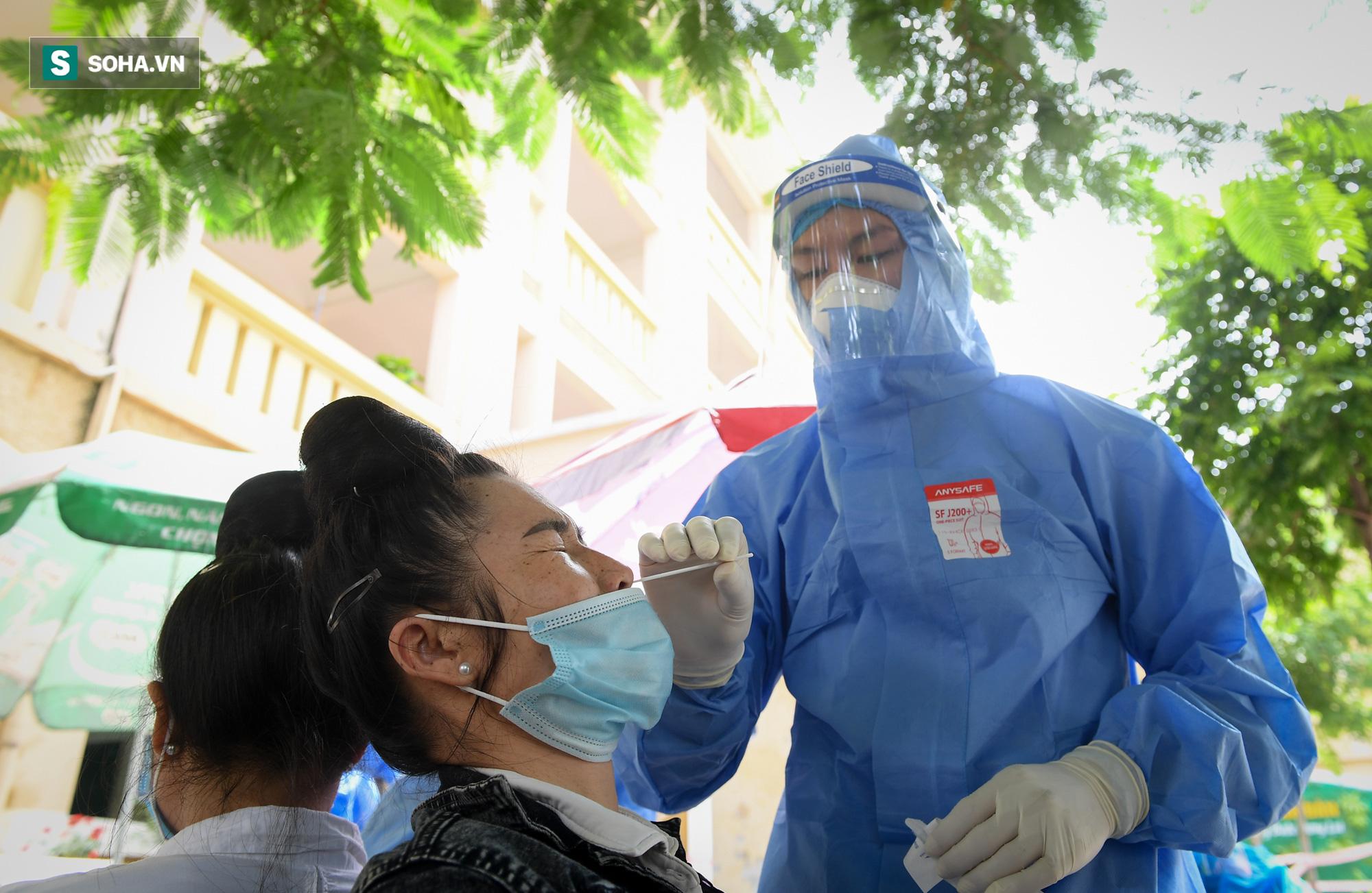 Phường ở Hà Nội tiêm vắc xin Covid-19 cho cả người không có giấy tờ tuỳ thân - Ảnh 10.